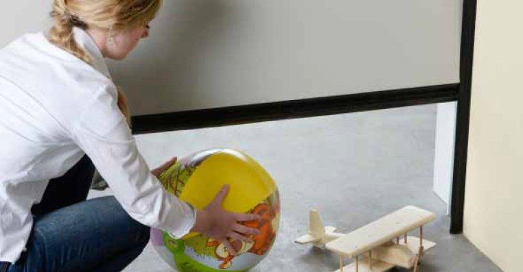 ביטוחות בדלת למסוך לילדים